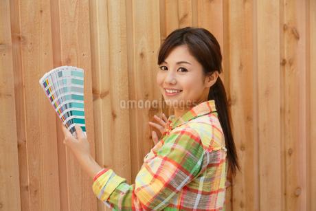 色見本を持つカラーコーディネーターの女性の写真素材 [FYI02029637]