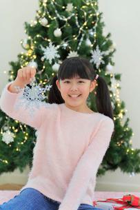 クリスマスツリーのある部屋でくつろぐ女の子の写真素材 [FYI02029659]