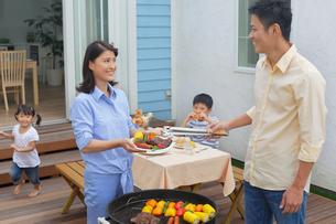 バーベキューを楽しむ家族の写真素材 [FYI02029668]