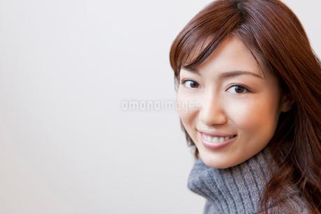 セーターを着た女性の写真素材 [FYI02029676]