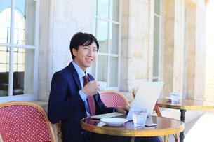 カフェで仕事をするビジネスマンの写真素材 [FYI02029678]