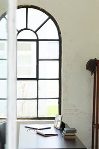 窓辺にデスクのある海外のオフィスイメージの写真素材 [FYI02029688]