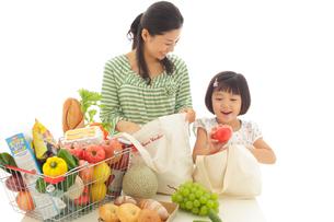 食料品を取り出すお母さんとおかっぱの女の子の写真素材 [FYI02029691]