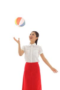 紙ふうせんで遊ぶ若い女性の写真素材 [FYI02029701]