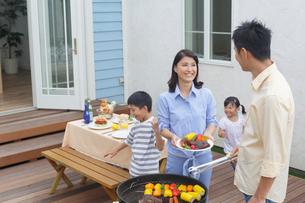 バーベキューを楽しむ家族の写真素材 [FYI02029702]