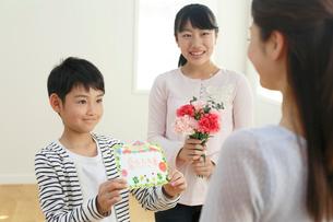 母の日のプレゼントを贈る子どもたちの写真素材 [FYI02029743]