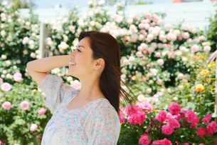 バラの花と黒髪の綺麗な女性の写真素材 [FYI02029756]