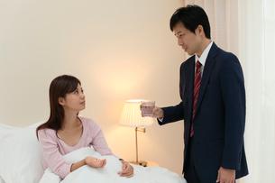 体調不良の妻を看病する夫の写真素材 [FYI02029759]