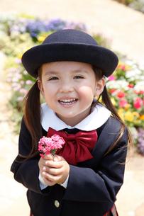 幼稚園の制服を着た女の子の写真素材 [FYI02029769]