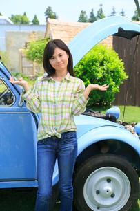 車の故障に困る女の人の写真素材 [FYI02029776]