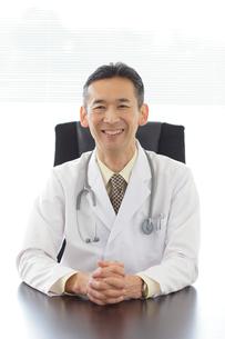 優しい笑顔の医師の写真素材 [FYI02029777]