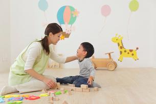 体調の悪い保育園児と介抱する先生の写真素材 [FYI02029788]