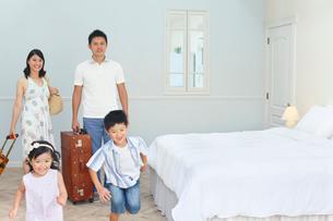 南国リゾートの旅行を楽しむ家族の写真素材 [FYI02029813]