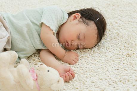 リビングで昼寝をする女の子の写真素材 [FYI02029814]