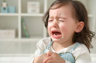 泣き顔の小さな女の子の写真素材 [FYI02029820]