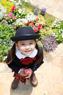 幼稚園の制服を着た女の子の写真素材 [FYI02029823]