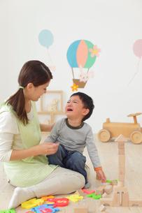 体調の悪い保育園児と介抱する先生の写真素材 [FYI02029831]