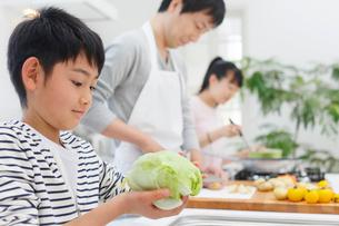 昼食の準備をするお父さんと子どもの写真素材 [FYI02029835]