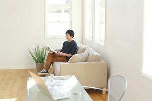 ホームオフィスで休憩中の男性の写真素材 [FYI02029843]