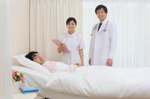 若い女性の入院患者の病室にての写真素材 [FYI02029869]