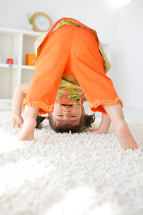 リビンングルームで遊ぶ女の子の写真素材 [FYI02029872]