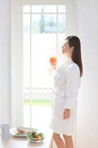 朝食とバスローブ姿の女性の写真素材 [FYI02029877]