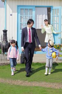 出勤するパパと登校する子供たちを見送るママの写真素材 [FYI02029898]