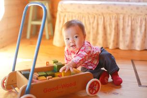 積み木で遊ぶ赤ちゃんの写真素材 [FYI02029902]
