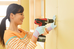 日曜大工をする女性の写真素材 [FYI02029903]