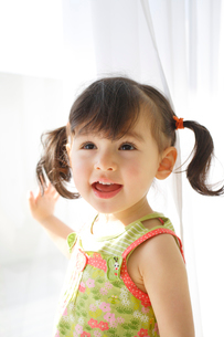 窓際で遊ぶ女の子の写真素材 [FYI02029904]