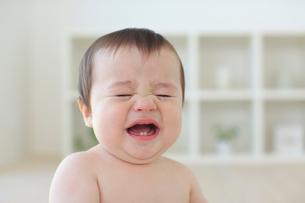 泣いているハーフの赤ちゃんのアップの写真素材 [FYI02029913]