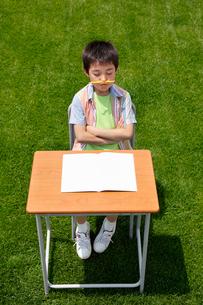 青空の下で勉強する男の子の写真素材 [FYI02029920]