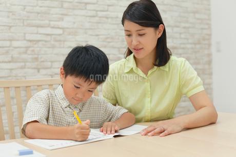 勉強をする子どもと教えるお母さんの写真素材 [FYI02029927]
