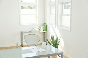 ホームオフィスイメージの明るい部屋の写真素材 [FYI02029935]