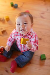積み木で遊ぶ赤ちゃんの写真素材 [FYI02029945]