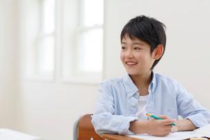 教室で勉強をする男の子の写真素材 [FYI02029946]