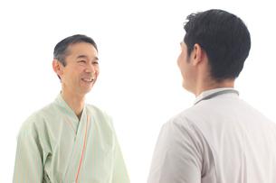 男性患者に説明する医師の写真素材 [FYI02029956]