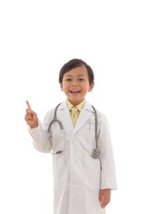 指差しポーズをする小さなお医者さんの写真素材 [FYI02029966]