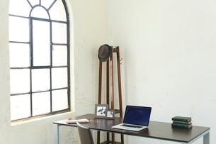 窓辺にデスクのある海外のオフィスイメージの写真素材 [FYI02029969]