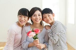 母の日に花束を贈る子どもたちの写真素材 [FYI02029986]