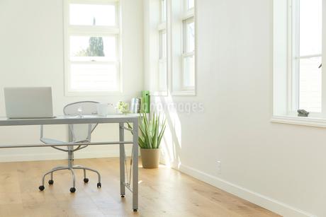 ホームオフィスイメージの合成向き背景素材の写真素材 [FYI02030006]