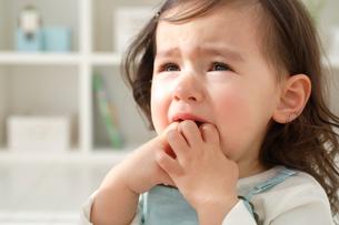 泣き顔の小さな女の子の写真素材 [FYI02030013]