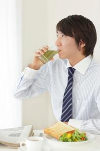 朝食を食べるビジネスマンの写真素材 [FYI02030020]