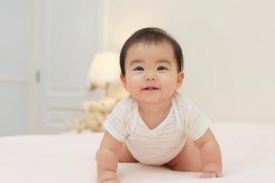 ベッドの上の赤ちゃんの写真素材 [FYI02030022]