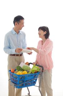 ショッピングカートを押しながら買い物をするシニアの夫婦の写真素材 [FYI02030028]