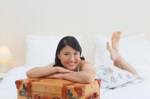 旅行先の南国のホテルで寛ぐ女性の写真素材 [FYI02030029]