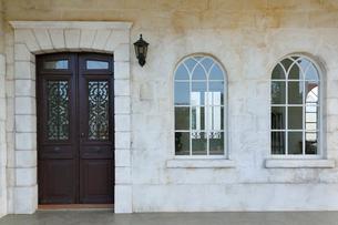 アンティークな扉と窓がある玄関まわりの写真素材 [FYI02030030]