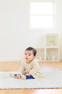 リビングでハイハイする赤ちゃんの合成向け人物素材の写真素材 [FYI02030033]