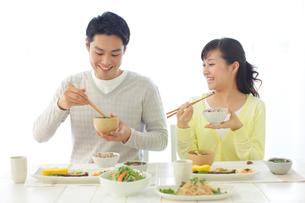 朝食を食べる新婚夫婦の写真素材 [FYI02030047]
