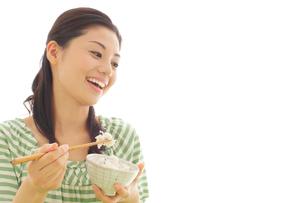 朝ご飯を食べるお母さんの写真素材 [FYI02030064]